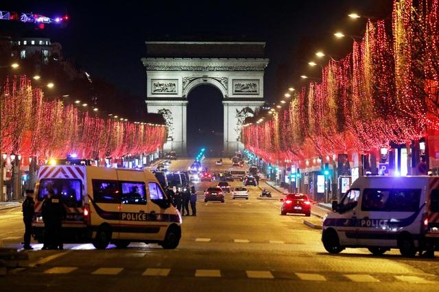 Pháo hoa sáng rực bầu trời châu Âu chào năm mới 2021 - 10
