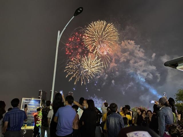 Mãn nhãn với pháo hoa rực rỡ đón chào năm mới - 3