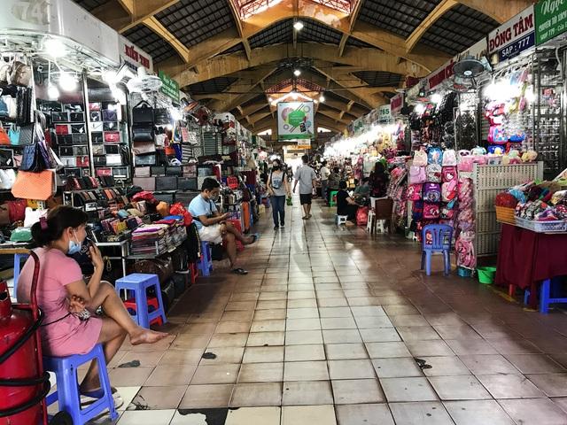 Tiểu thương chợ Bến Thành gặp khó, chuyển nghề đi giúp việc, chạy xe ôm - 2