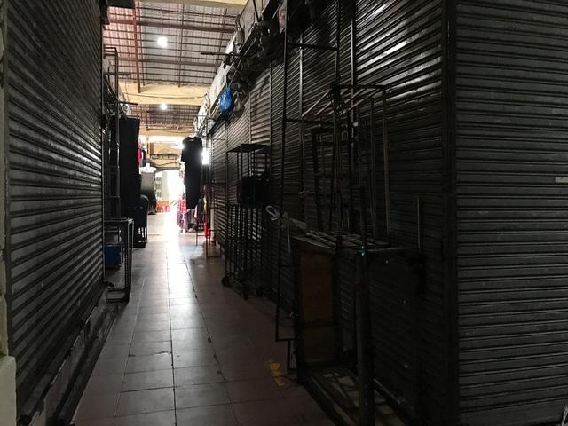 Tiểu thương chợ Bến Thành gặp khó, chuyển nghề đi giúp việc, chạy xe ôm - 3