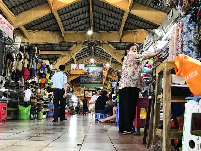 Tiểu thương chợ Bến Thành gặp khó, chuyển nghề đi giúp việc, chạy xe ôm - 5