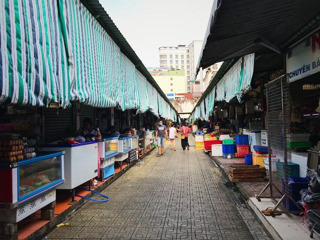 Tiểu thương chợ Bến Thành gặp khó, chuyển nghề đi giúp việc, chạy xe ôm - 7