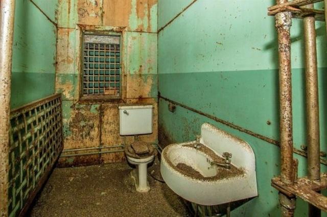Căn nhà đẹp như mơ với thiết kế rùng rợn 7 phòng giam - 5