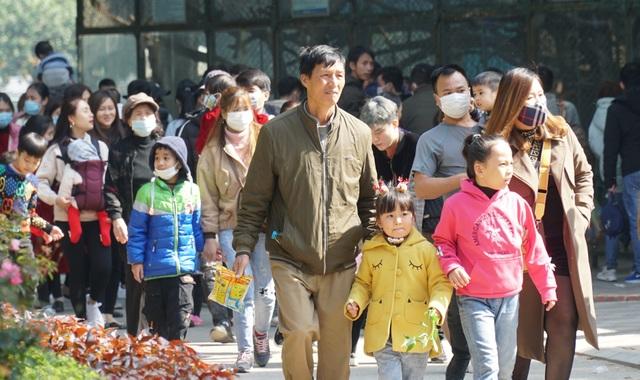 Các khu vui chơi ở Hà Nội đông nghịt người ngày đầu năm mới - 10