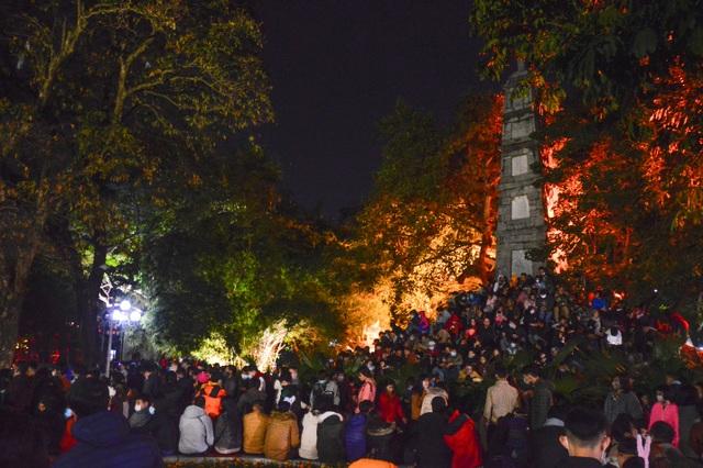 Người dân trèo lên Tháp Bút, mở tiệc ăn nhậu trên bãi cỏ để ngắm pháo hoa - 1