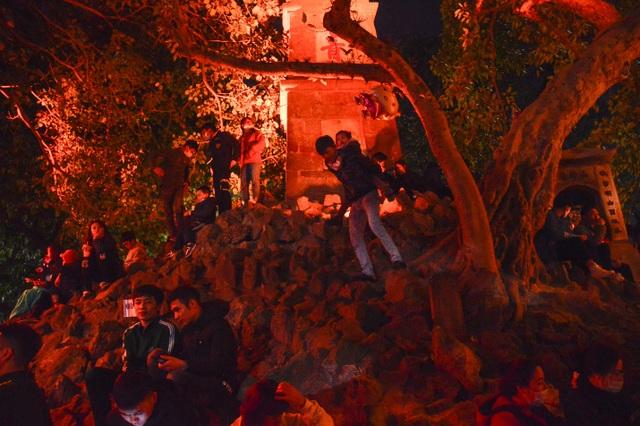 Người dân trèo lên Tháp Bút, mở tiệc ăn nhậu trên bãi cỏ để ngắm pháo hoa - 3