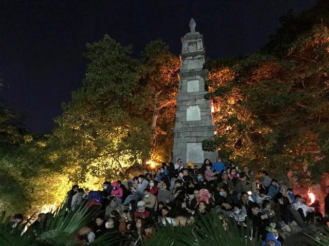 Người dân trèo lên Tháp Bút, mở tiệc ăn nhậu trên bãi cỏ để ngắm pháo hoa - 4