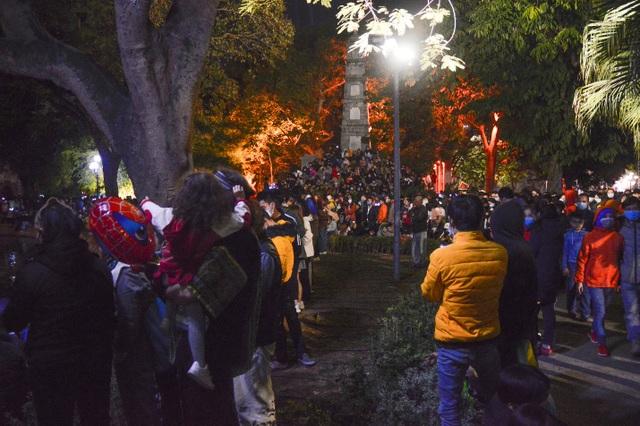 Người dân trèo lên Tháp Bút, mở tiệc ăn nhậu trên bãi cỏ để ngắm pháo hoa - 6