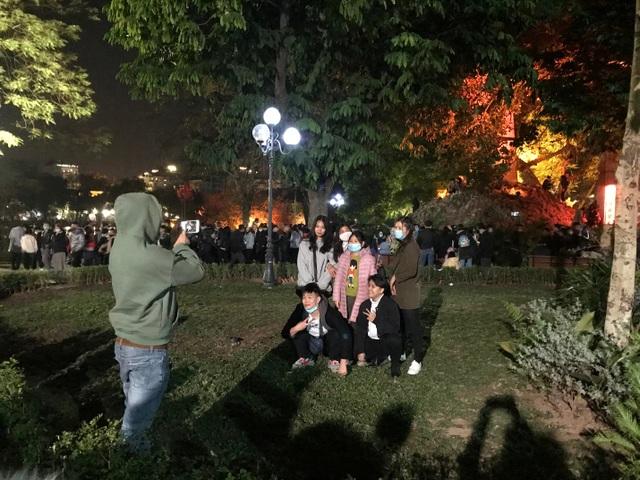 Người dân trèo lên Tháp Bút, mở tiệc ăn nhậu trên bãi cỏ để ngắm pháo hoa - 7