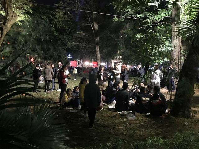 Người dân trèo lên Tháp Bút, mở tiệc ăn nhậu trên bãi cỏ để ngắm pháo hoa - 8