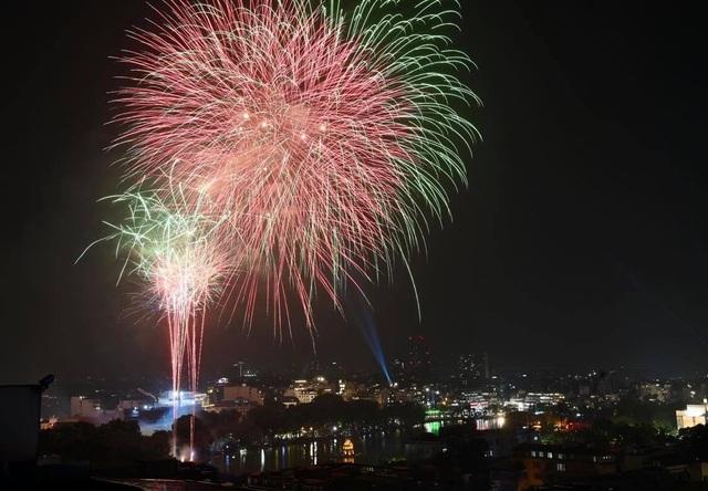 Mãn nhãn với pháo hoa rực rỡ đón chào năm mới - 11