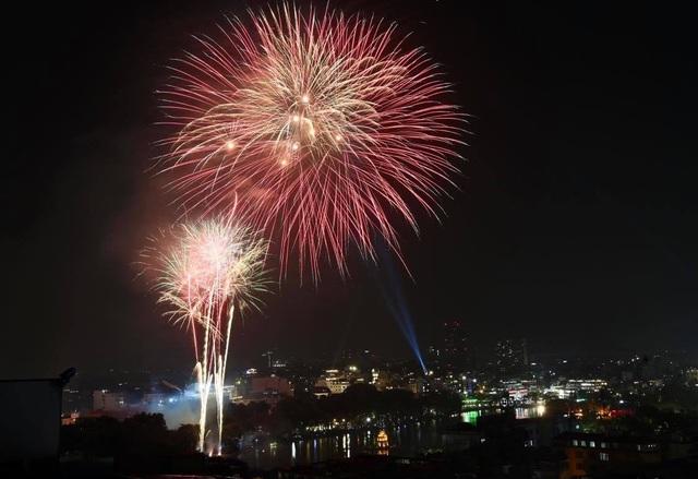 Mãn nhãn với pháo hoa rực rỡ đón chào năm mới - 10