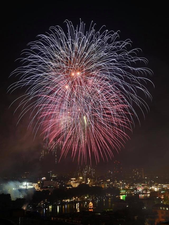 Mãn nhãn với pháo hoa rực rỡ đón chào năm mới - 9