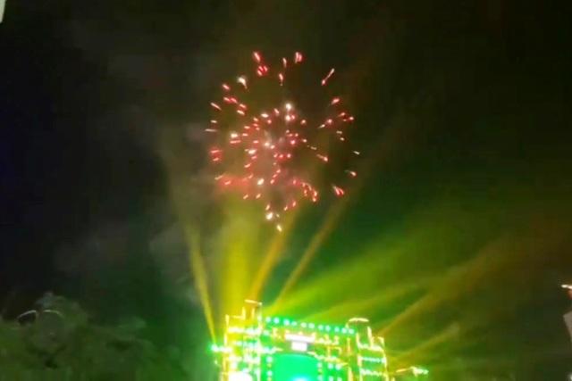 Mãn nhãn với pháo hoa rực rỡ đón chào năm mới - 16