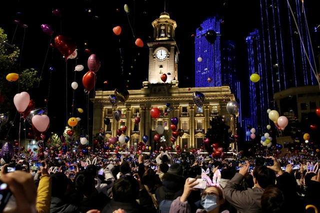 Nghẹt thở cảnh người Vũ Hán xuống đường đón năm mới - 1