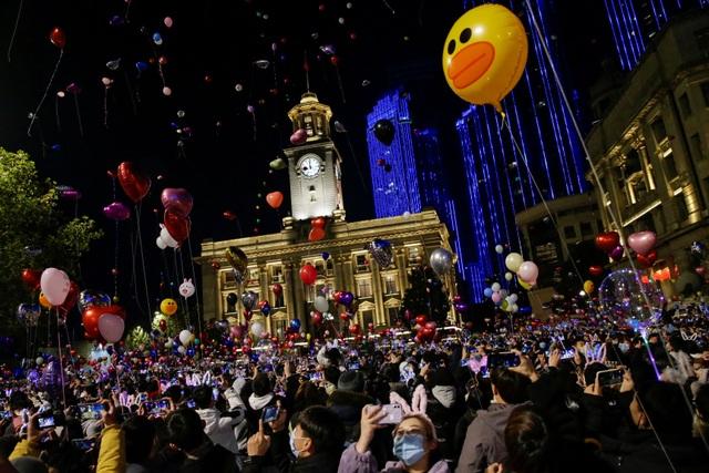 Nghẹt thở cảnh người Vũ Hán xuống đường đón năm mới - 7