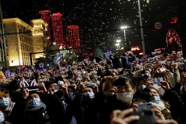 Nghẹt thở cảnh người Vũ Hán xuống đường đón năm mới - 3