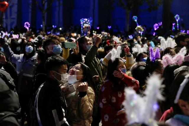 Nghẹt thở cảnh người Vũ Hán xuống đường đón năm mới - 5