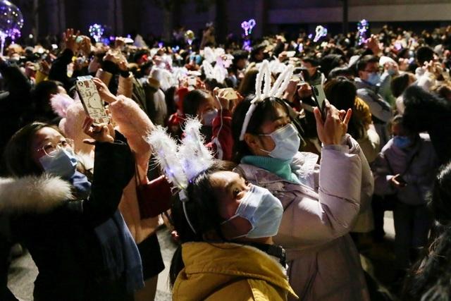 Nghẹt thở cảnh người Vũ Hán xuống đường đón năm mới - 9