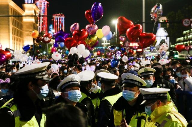 Nghẹt thở cảnh người Vũ Hán xuống đường đón năm mới - 8