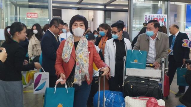Những hành khách đầu tiên xông đất Đà Nẵng đầu năm mới - 1