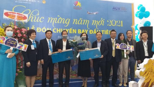 Những hành khách đầu tiên xông đất Đà Nẵng đầu năm mới - 2