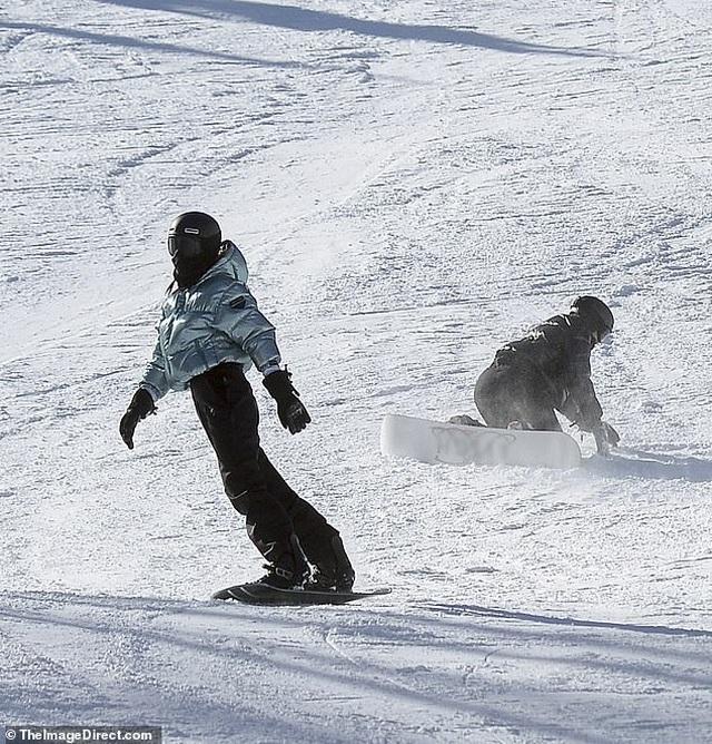 Kylie Jenner ngã nhào khi trượt tuyết - 1