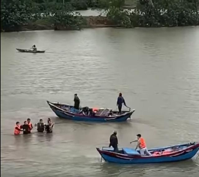 Phá ổ bạc lớn, nhiều con bạc nhảy xuống sông để tẩu thoát - 2