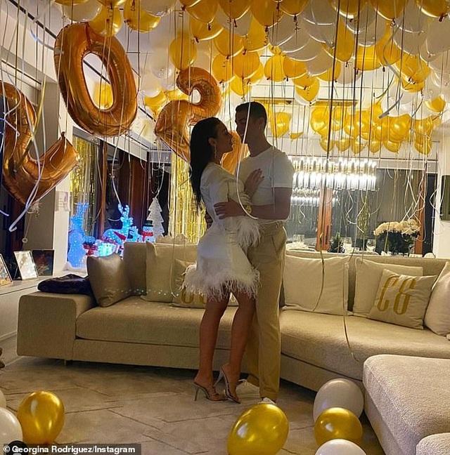 Đầu năm mới, bạn gái Ronaldo khoe nhẫn kim cương khủng - 2