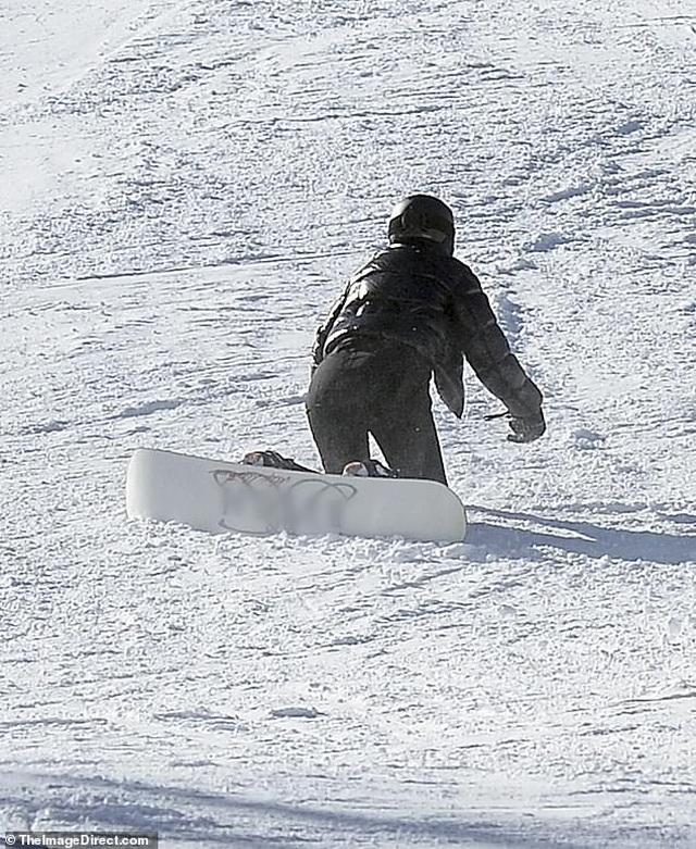 Kylie Jenner ngã nhào khi trượt tuyết - 3