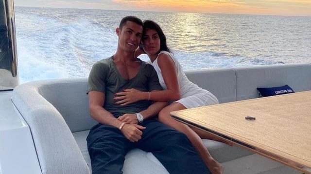 Đầu năm mới, bạn gái Ronaldo khoe nhẫn kim cương khủng - 4