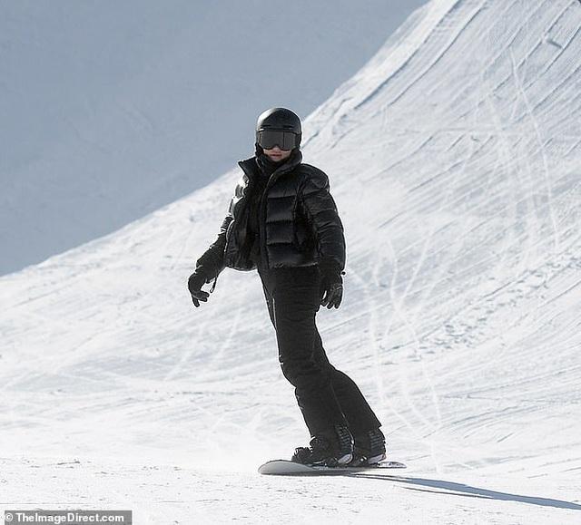 Kylie Jenner ngã nhào khi trượt tuyết - 4