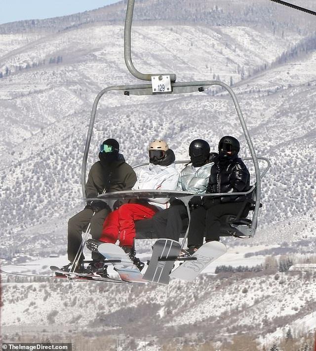 Kylie Jenner ngã nhào khi trượt tuyết - 5