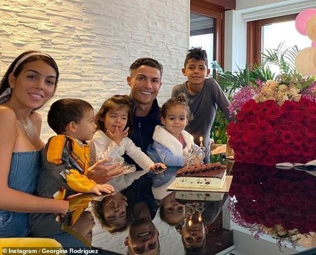 Đầu năm mới, bạn gái Ronaldo khoe nhẫn kim cương khủng - 6