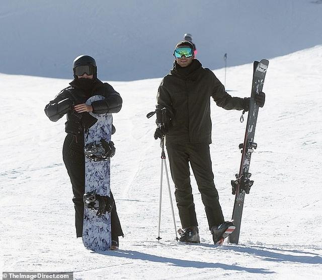 Kylie Jenner ngã nhào khi trượt tuyết - 6