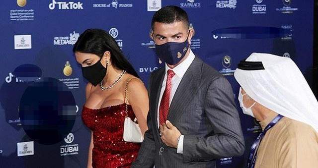 Đầu năm mới, bạn gái Ronaldo khoe nhẫn kim cương khủng - 7