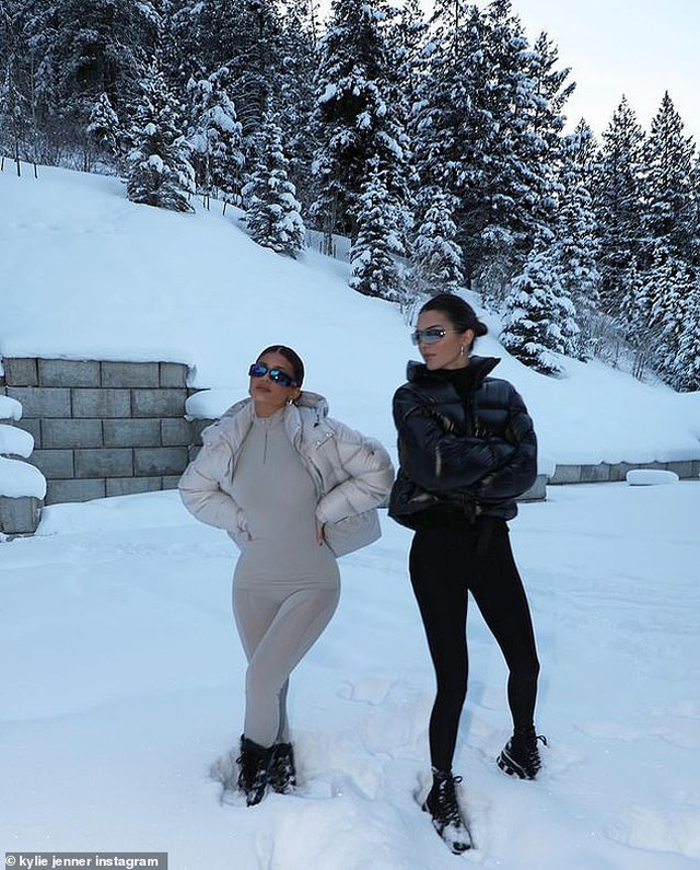 Kylie Jenner ngã nhào khi trượt tuyết - 7