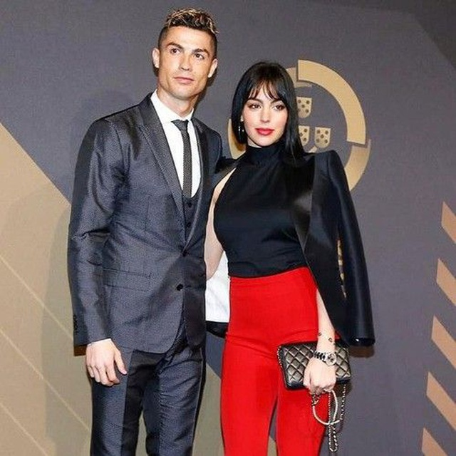 Đầu năm mới, bạn gái Ronaldo khoe nhẫn kim cương khủng - 8