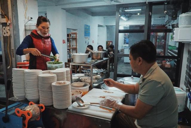 Vợ chồng người Tày cõng đặc sản Cao Bằng về Hà Nội - 1