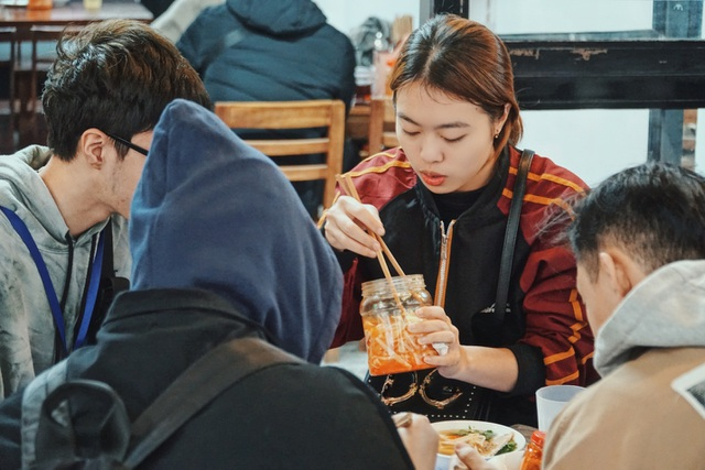 Vợ chồng người Tày cõng đặc sản Cao Bằng về Hà Nội - 6