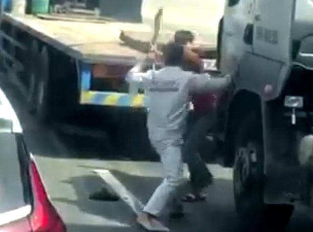 Hai tài xế cầm đao, côn nhị khúc loạn đả sau va chạm giao thông - 1