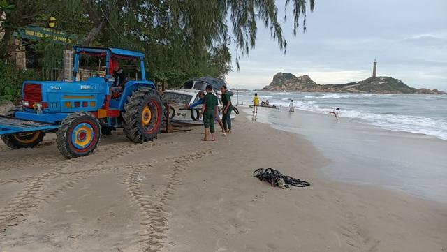 2 du khách bị cuốn trôi khi đi tắm biển ngày đầu năm - 3