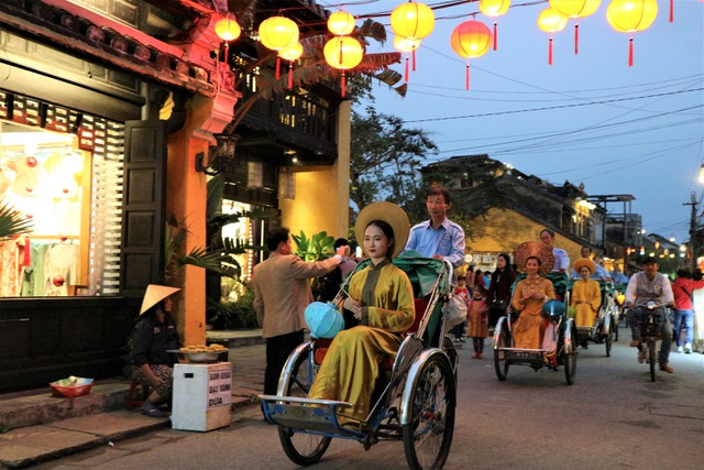 Impressive night performance Ao Dai in the heart of Hoi An ancient town - 1