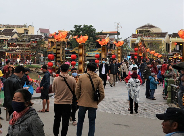 Hoi An crowded with tourists in the first days of the new year 2021 - 1