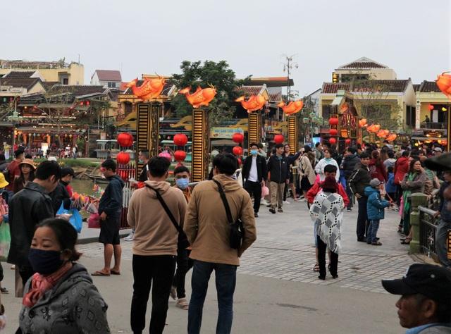 Hội An tấp nập du khách trong những ngày đầu năm mới 2021 - 1