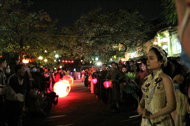Impressive night performance Ao Dai in the heart of Hoi An ancient town - 11