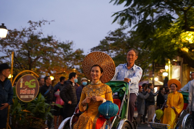 Impressive night performance Ao Dai in the heart of Hoi An ancient town - 2