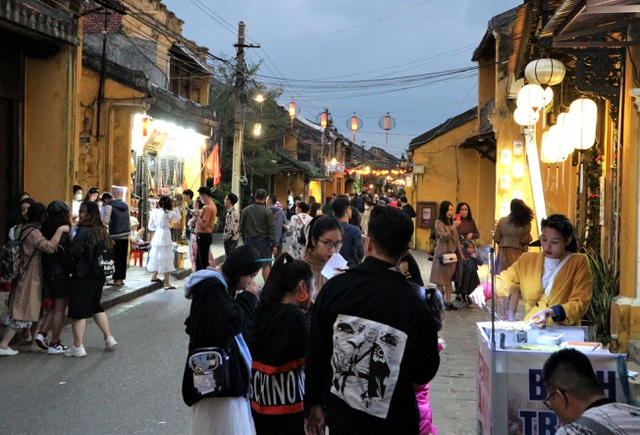 Hoi An crowded with tourists in the first days of the new year 2021-2