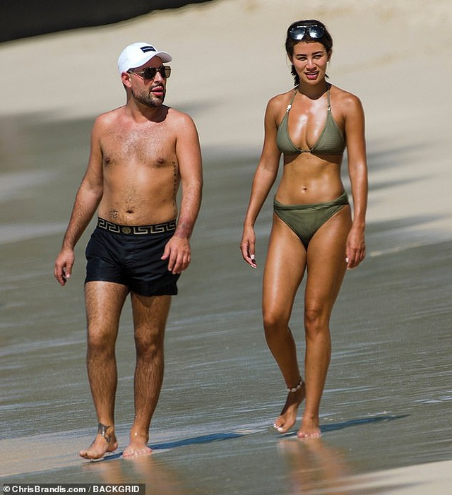 Người đẹp đua nhau khoe dáng trên biển dịp đầu năm mới - 11