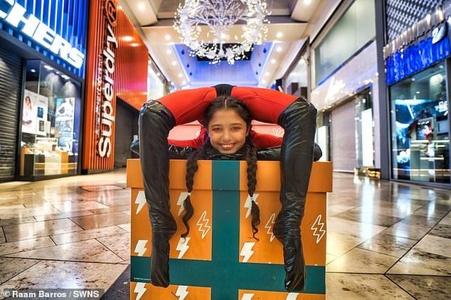 Bé gái 12 tuổi đi khắp thế giới với biệt tài uốn dẻo - 2